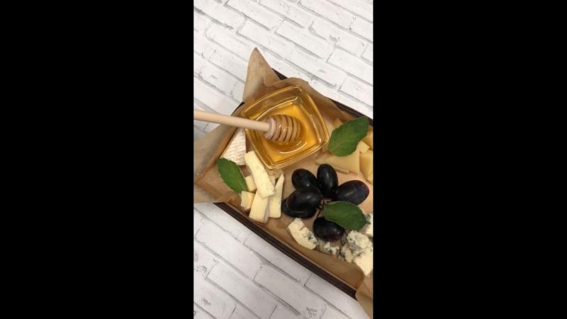 Ассорти сыров Камамбер, Пармезан, Дор-блю с медом и виноградом.