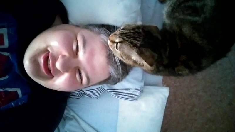 Кошка моет мне голову 😊✌❤