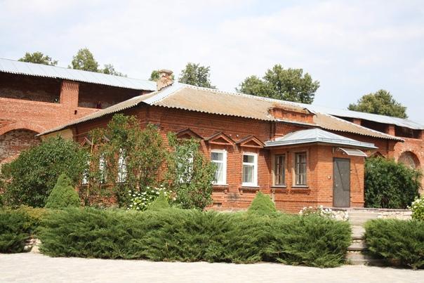 Некое здание гражданской постройки. Это якобы единственное гражданское сооружение оставшееся до сих пор внутри кремля.
