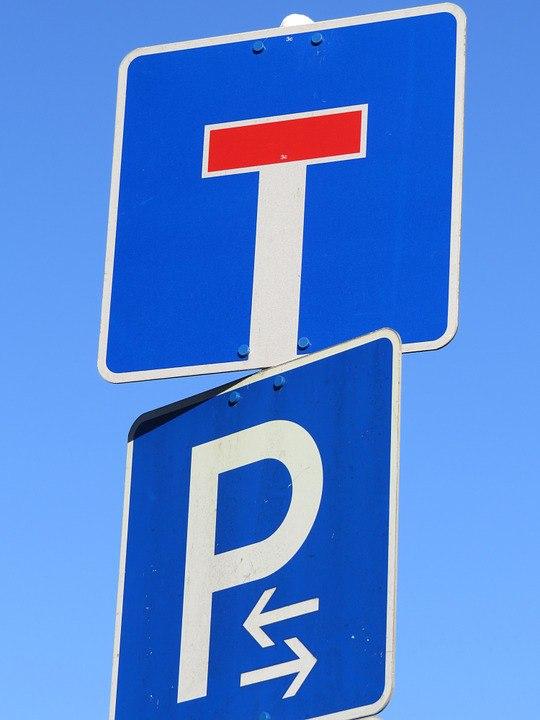 На улице Сергея Эйзенштейна вернули в нормативное положение дорожные знаки