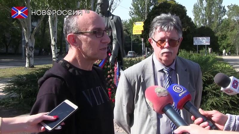 Артисты цирка возложили цветы к памятнику Кобзона