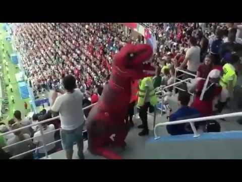 Темнокожий мужик в кокошнике подрался с динозавром на матче ЧМ-2018