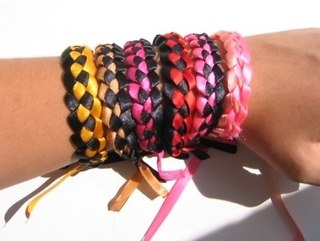 Урок плетения фенечки из лент - смотреть онлайн видео.
