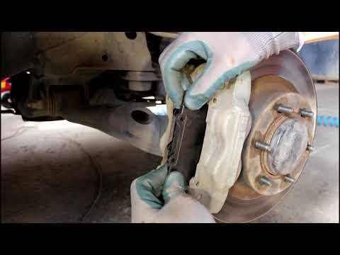 Замена передних тормозных колодок Toyota Land Cruiser Prado 120 2004 года Тойота Ленд крузер прадо