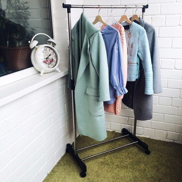 Удобная напольная вешалка-стойка для одежды на колесиках