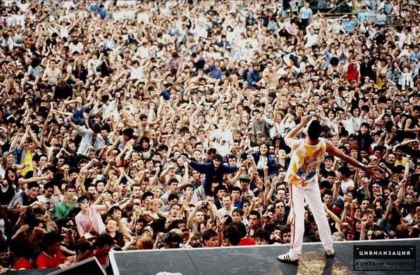 Фредди Меркьюри и 120 000 фанатов на концерте Queen.