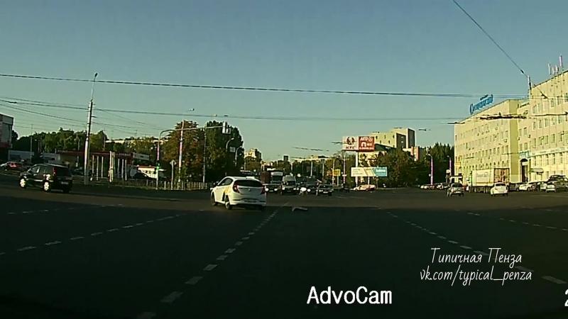 Яндекс Таксист дрифтует на оживленном перекрестке...