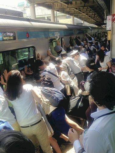 Неравнодушные пассажиры сумели раскачать вагон и извлечь застрявшую пострадавшую.