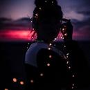 Кто-то зажигает свечу, кто-то фонари, кто-то звёзды.