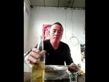 Китаец пьет коктейль со змеями!