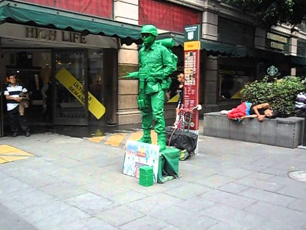 Soldado de Toy Story en el Andador Madero, DF