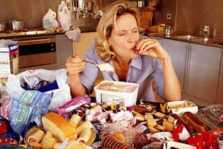 Среднестатистической женщине нужно съедать около 2000 калорий в день, чтобы поддерживать ее, и 1500 калорий, чтобы терять один фунт веса в неделю.