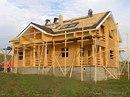 Кровля.  Далее монтируем стропильную систему деревянного дома, выполненную также из материалов хвойных пород.