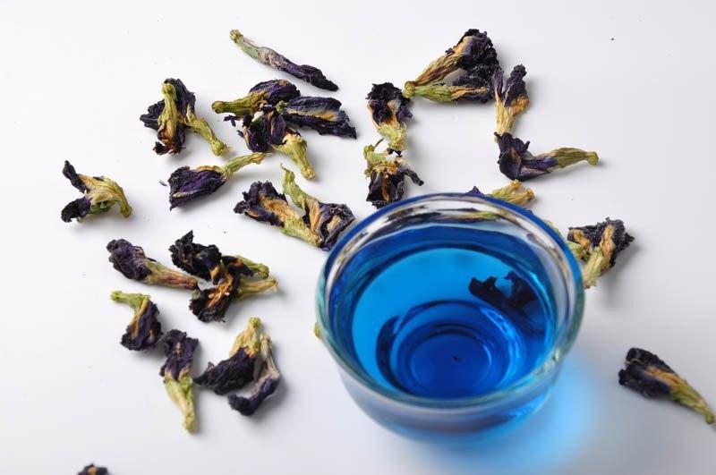 Чай из цветков Clitoria Ternatea придающих напитку необычайный голубой цвет