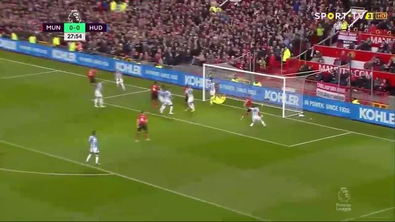 Неманья Матич забивает гол в ворота Хаддерсфилд Таун