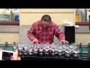 Уличный музыкант виртуозно играет на бокалах с водой