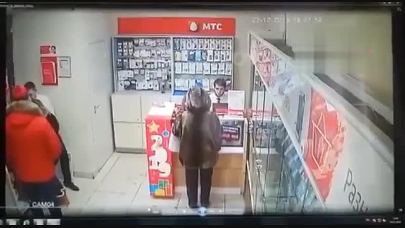 Сыщики поймали екатеринбуржцев, которые грабили салоны сотовой связи