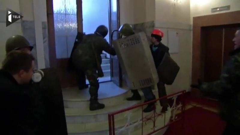 Мирных демонстрантов вам с калашами Отель Украина февраль 2014 г