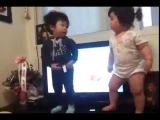 Маленькие дети танцуют