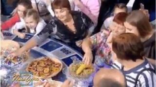 Россияне с пакетами устроили набег за едой на «Поле чудес»