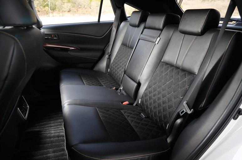 На черной коже, как третий вариант отделки Toyota Harrier 2014, вид вообще не тот. Пригодится для нечистоплотных водителей.