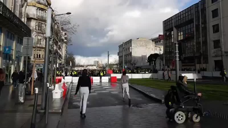 🔴 DIRECT Grosses tensions et premières barricades à Angers ActeX.mp4