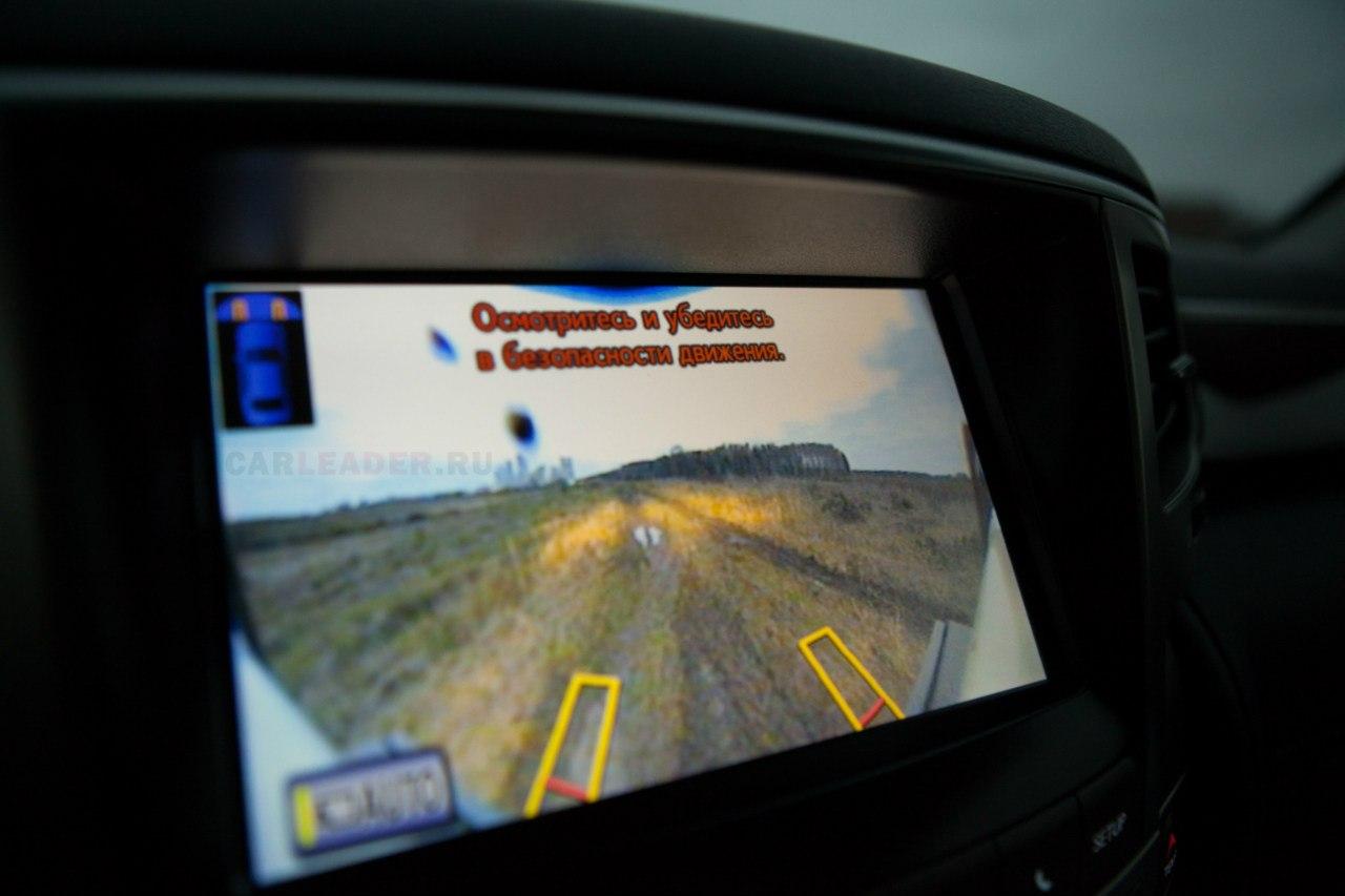 По количеству видеокамер японский Lexus LX 570 2012 обходит английский Range Rover