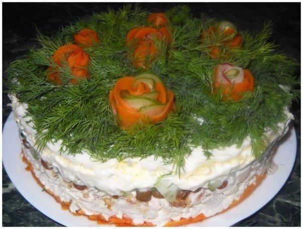 Слоёный салат с курицей, изюмом и грецкими