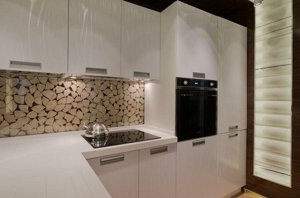 Переделка кухни-гостиной деревянном доме: проект в поселке Поливаново Как обустроить в бывшей бане современную гостиную с кухней-столовой? Разместить отделку и мебель из дерева, стекла и металла прямо поверх бревен и сделать старые стены арт-объектом в рамке