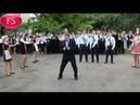 ЭКСКЛЮЗИВ Директор саратовского лицея зажег в танце на последнем звонке ПОЛНАЯ ВЕРСИЯ