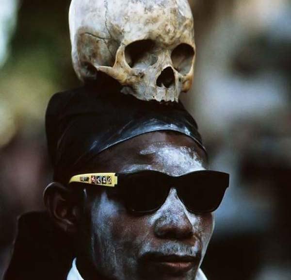 про зомби (гаити) гаити изобилует рассказами о людях, которые умерли, были похоронены, а через некоторое время внезапно появились, став зомби. дети здесь растут среди подобных историй. матери не