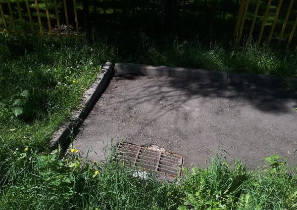 Во дворе на Алтушке восстановили люк