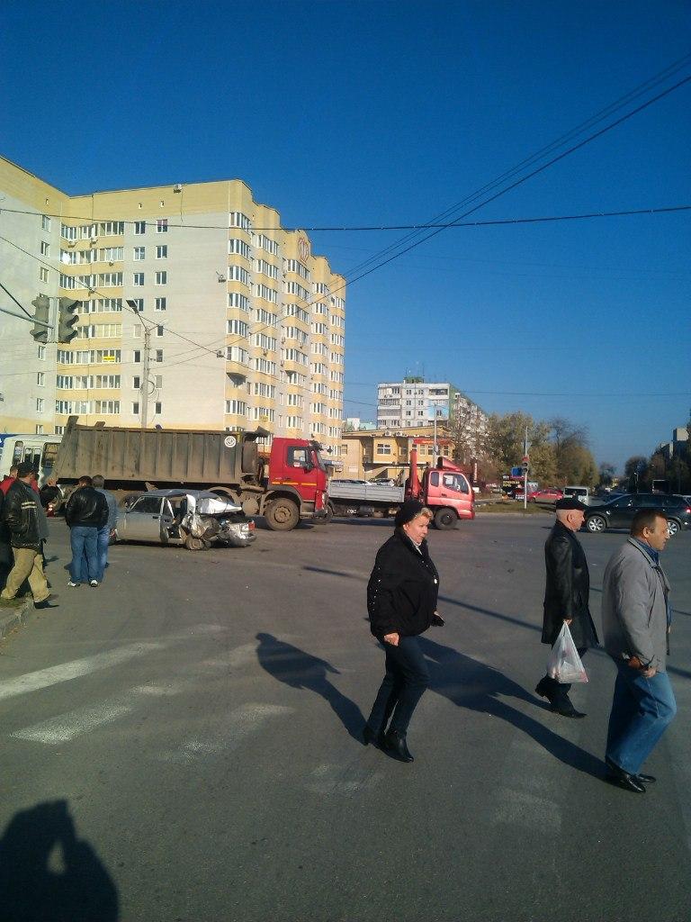 ДТП в Таганроге: грузовик VOLVO на полном ходу смял «ВАЗ-2105», есть пострадавшие
