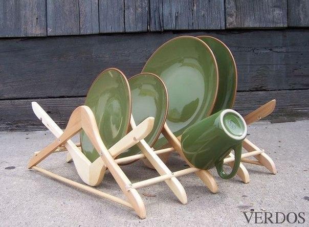 Идея создания подставки для посуды из старых вешалок