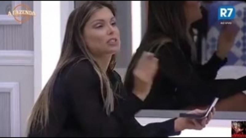 Marcelo diz que vai beijar Minerato e Flávia finge ignorar piada