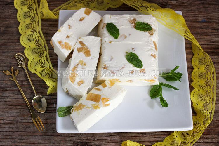 Творожный десерт с ананасами.