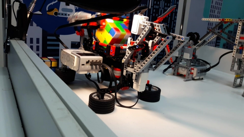 Cuber - робот, собирающий кубик Рубика за 2 минуты и меньше. Собран из Lego