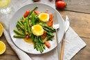 Тёплый салат со спаржей и пряной заправкой