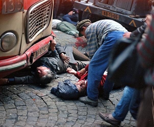 Погибшие и раненые после штурма советскими военными пражского Радио, Чехословакия, август 1968 года