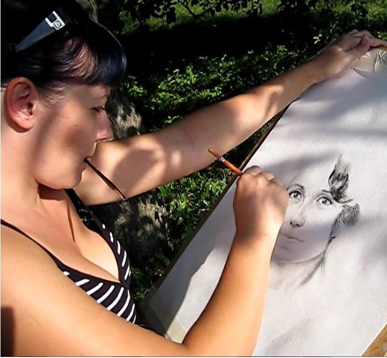 Мила Наумова рисует портрет в 2011 году