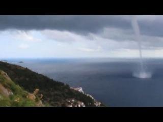 У побережья Хорватии туристы стали очевидцами мощного торнадо