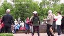 Волонтеры классно танцуют в парке dance