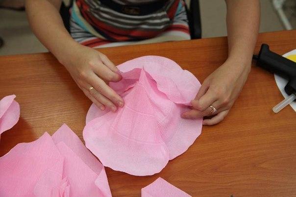 Гигантские цветы из гофрированной бумаги своими руками видео