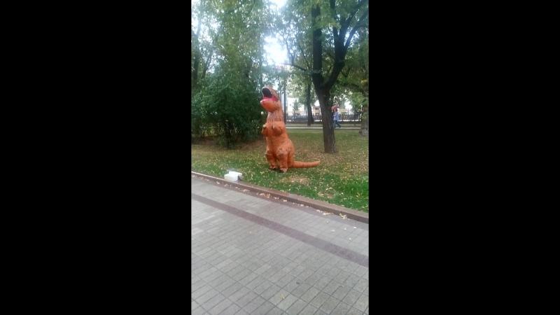 Жонглирующий динозаврик