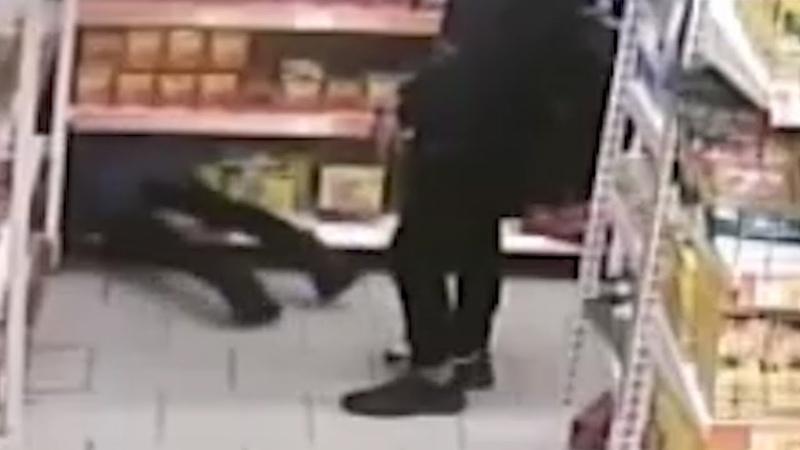 Малолетки спрятались и потырили сиги в супермаркете. Real video