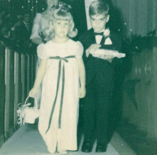 Совсем маленький еще Джордж Клуни на чьей-то свадьбе несёт обручальные кольца.