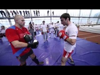 Ударная комбинация от Федора Емельяненко -  связки из двух ударов ногами и двух ударов руками