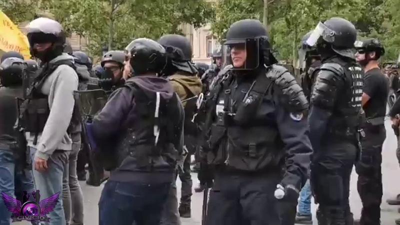 Des VIS/Ecrou de Chantier dans la main d'un Policier aussi épais qu'une matraque.