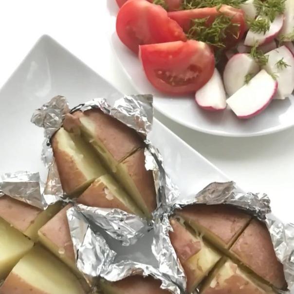самая вкусная картошка берём картошку и тщательно её моем.помещаем её на решётку духовки и запекаем при 200* 40-60 мин.( проверьте вилкой на мягкость)произвольно, как душе угодно,