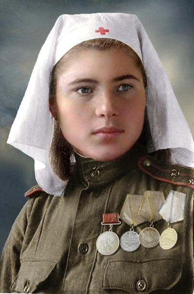 На фото молодая девушка И сложно поверить, что она лейтенант медицинской службы Советской Армии, 1944-1945гг.На груди награды: медаль «За отвагу», две медали «За боевые заслуги», медаль «За